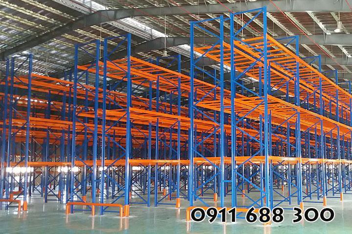 Kệ công nghiệp chứa hàng hóa trong không gian kho bãi