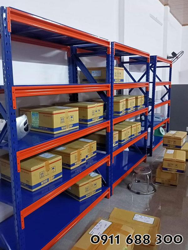 Kệ trung tải chứa đồ dùng trong kho